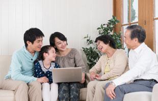 パソコンを見る家族